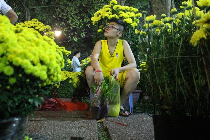 Người Sài Gòn rộn ràng tham quan chợ hoa trong đêm - Ảnh 7.