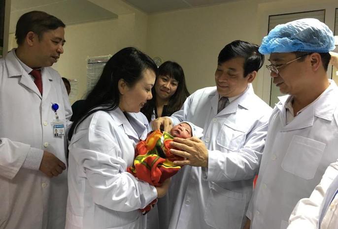 Bộ trưởng Nguyễn Thị Kim Tiến thăm nữ bác sĩ bị ung thư trong đêm giao thừa - Ảnh 10.