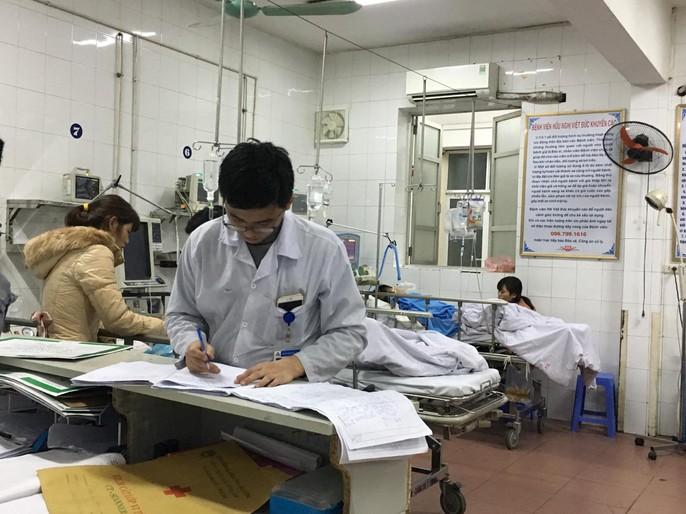 Bộ trưởng Nguyễn Thị Kim Tiến thăm nữ bác sĩ bị ung thư trong đêm giao thừa - Ảnh 7.