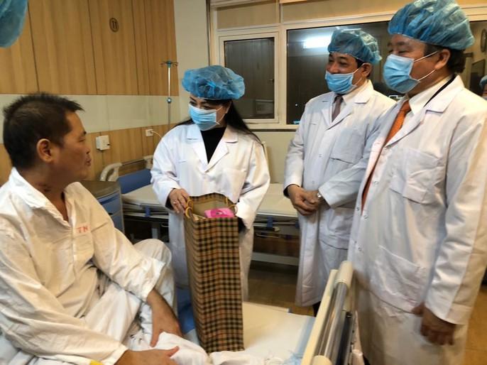 Bộ trưởng Nguyễn Thị Kim Tiến thăm nữ bác sĩ bị ung thư trong đêm giao thừa - Ảnh 8.