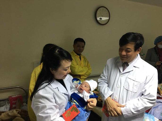 Bộ trưởng Nguyễn Thị Kim Tiến thăm nữ bác sĩ bị ung thư trong đêm giao thừa - Ảnh 11.