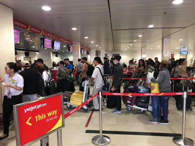 30 tháng chạp: Bến xe vắng hoe, sân bay Tân Sơn Nhất vẫn đông nghẹt - Ảnh 15.