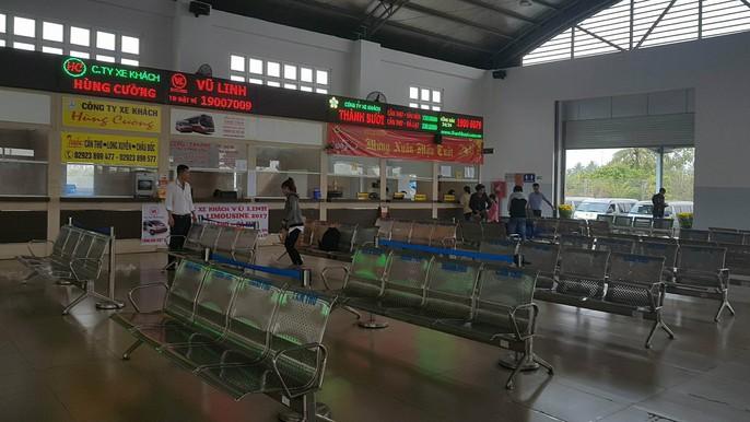 30 tháng chạp: Bến xe vắng hoe, sân bay Tân Sơn Nhất vẫn đông nghẹt - Ảnh 11.