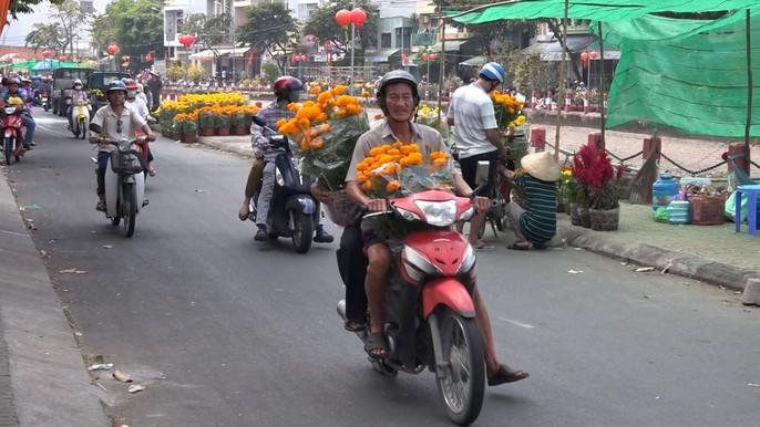 Người bán hoa kiểng ở miền Tây thà chở về chứ không bán rẻ như cho - Ảnh 12.