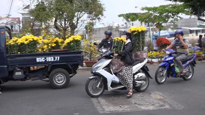 Người bán hoa kiểng ở miền Tây thà chở về chứ không bán rẻ như cho - Ảnh 15.