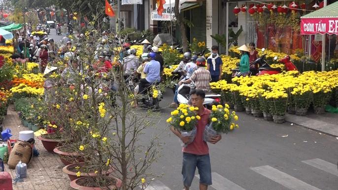 Người bán hoa kiểng ở miền Tây thà chở về chứ không bán rẻ như cho - Ảnh 13.