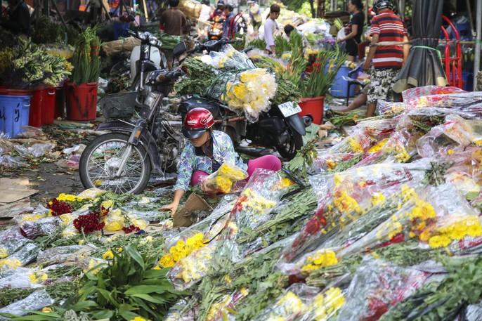 Hoa Tết dội chợ, chất như núi ở chợ hoa sỉ Đầm Sen, TP HCM - Ảnh 12.