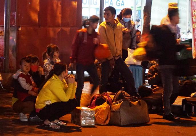 Vật vã ở Bến xe Miền Đông lúc 2 sáng mùng 6 Tết - Ảnh 2.