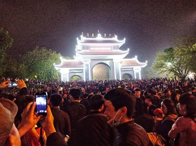 Biển người đổ về Hội Lim, xuyên đêm nghe hát canh - Ảnh 3.