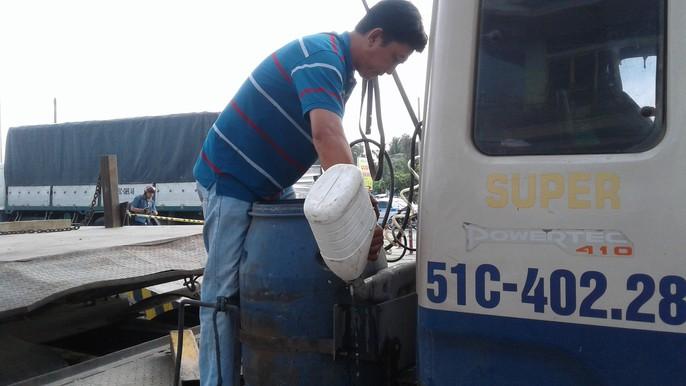 Tài xế dừng xe châm nước, BOT Cần Thơ – Phụng Hiệp tê liệt hoàn toàn - Ảnh 2.