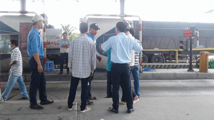 Tài xế dừng xe châm nước, BOT Cần Thơ – Phụng Hiệp tê liệt hoàn toàn - Ảnh 6.