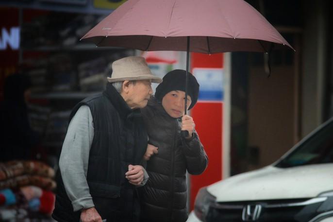 Cận cảnh người Hà Nội co ro trong mưa rét 9 độ C - Ảnh 2.