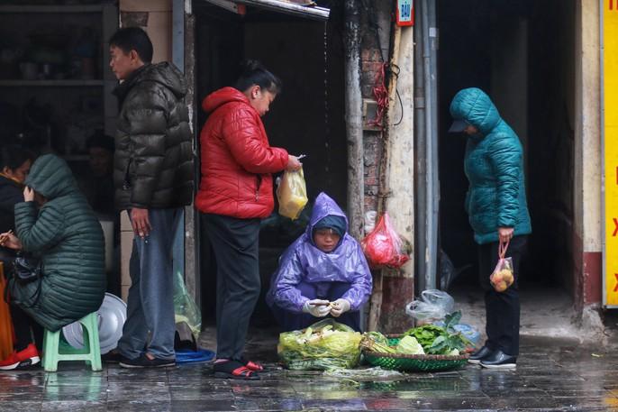 Cận cảnh người Hà Nội co ro trong mưa rét 9 độ C - Ảnh 4.