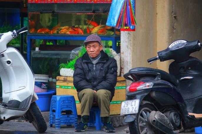 Cận cảnh người Hà Nội co ro trong mưa rét 9 độ C - Ảnh 5.