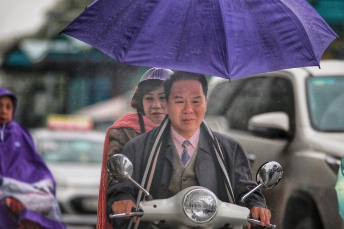 Cận cảnh người Hà Nội co ro trong mưa rét 9 độ C - Ảnh 7.