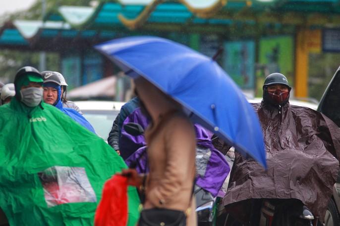 Cận cảnh người Hà Nội co ro trong mưa rét 9 độ C - Ảnh 11.