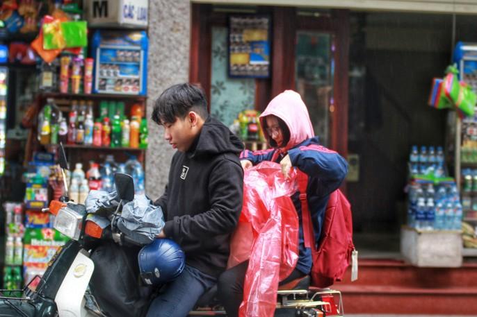 Cận cảnh người Hà Nội co ro trong mưa rét 9 độ C - Ảnh 17.