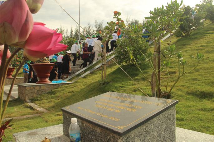 Rơi nước mắt dâng hương tưởng niệm chiến sĩ Gạc Ma - Ảnh 4.