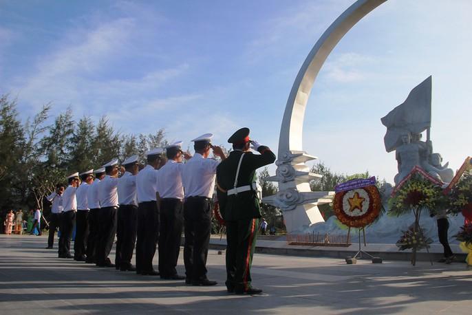 Rơi nước mắt dâng hương tưởng niệm chiến sĩ Gạc Ma - Ảnh 3.