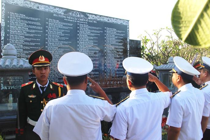 Rơi nước mắt dâng hương tưởng niệm chiến sĩ Gạc Ma - Ảnh 7.