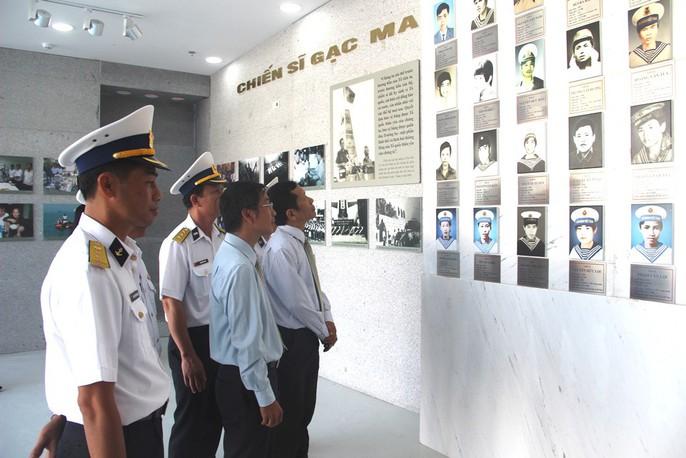 Rơi nước mắt dâng hương tưởng niệm chiến sĩ Gạc Ma - Ảnh 5.
