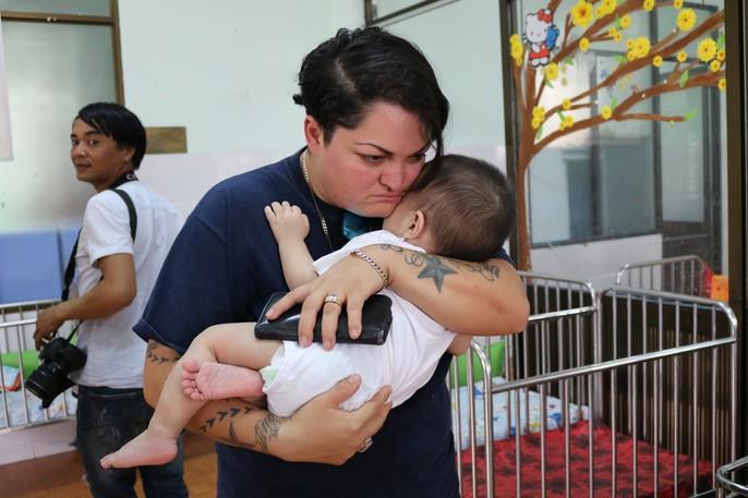 Chùm ảnh xúc động của thủy thủ tàu sân bay Mỹ thăm trẻ em mồ côi - Ảnh 2.