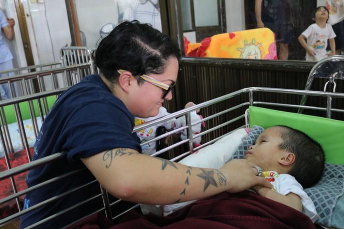 Chùm ảnh xúc động của thủy thủ tàu sân bay Mỹ thăm trẻ em mồ côi - Ảnh 8.