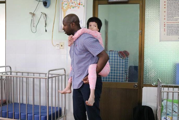 Chùm ảnh xúc động của thủy thủ tàu sân bay Mỹ thăm trẻ em mồ côi - Ảnh 9.
