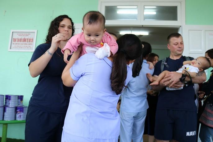Chùm ảnh xúc động của thủy thủ tàu sân bay Mỹ thăm trẻ em mồ côi - Ảnh 15.