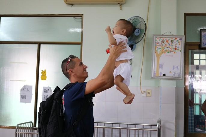 Chùm ảnh xúc động của thủy thủ tàu sân bay Mỹ thăm trẻ em mồ côi - Ảnh 3.