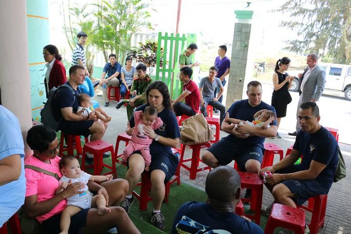 Chùm ảnh xúc động của thủy thủ tàu sân bay Mỹ thăm trẻ em mồ côi - Ảnh 5.