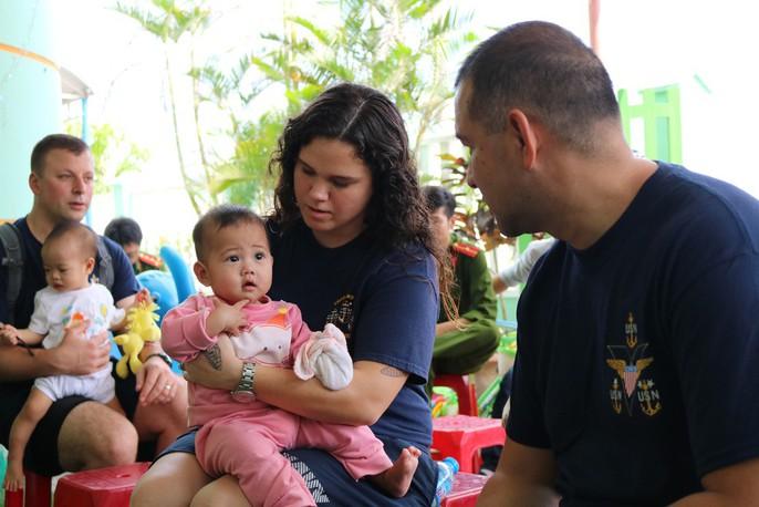 Chùm ảnh xúc động của thủy thủ tàu sân bay Mỹ thăm trẻ em mồ côi - Ảnh 6.