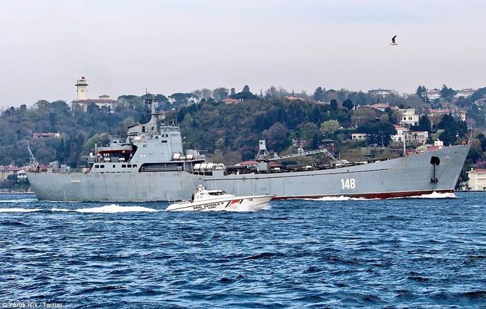 Tàu chiến Nga chở đầy khí tài tiến về Syria - Ảnh 1.