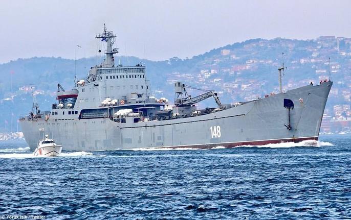Tàu chiến Nga chở đầy khí tài tiến về Syria - Ảnh 3.