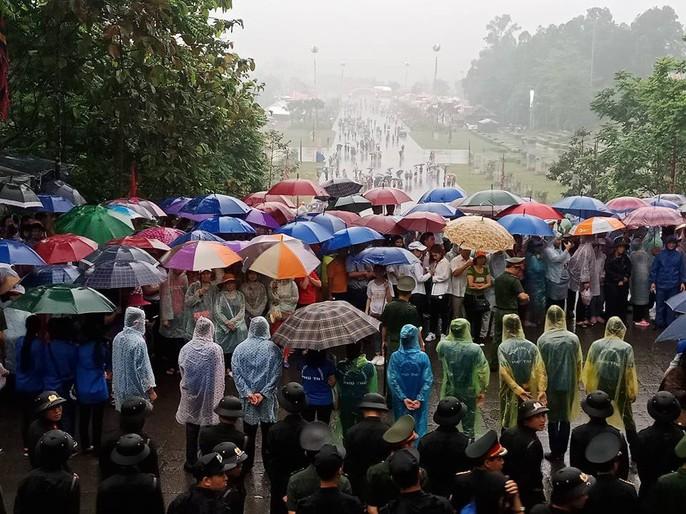 Thủ tướng Nguyễn Xuân Phúc dâng hương tại Đền Hùng dưới mưa - Ảnh 12.