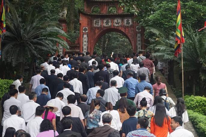 Thủ tướng Nguyễn Xuân Phúc dâng hương tại Đền Hùng dưới mưa - Ảnh 9.