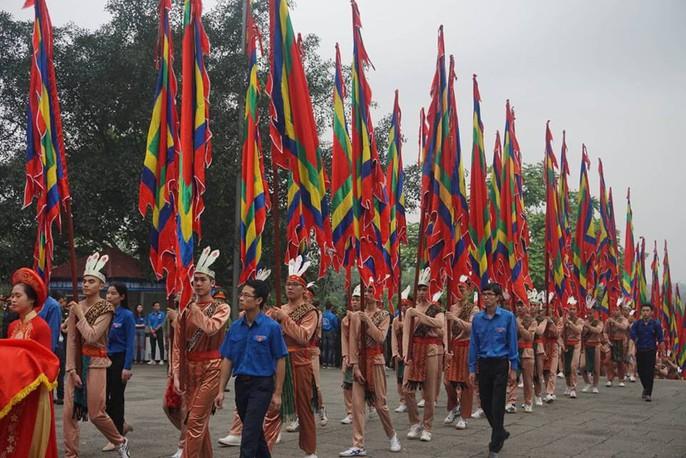 Thủ tướng Nguyễn Xuân Phúc dâng hương tại Đền Hùng dưới mưa - Ảnh 4.