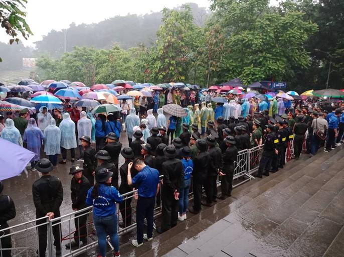Thủ tướng Nguyễn Xuân Phúc dâng hương tại Đền Hùng dưới mưa - Ảnh 10.