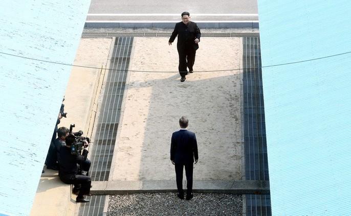 Video: Những khoảnh khắc khác thường ở biên giới liên Triều - Ảnh 2.