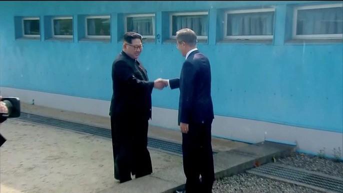 Video: Những khoảnh khắc khác thường ở biên giới liên Triều - Ảnh 3.