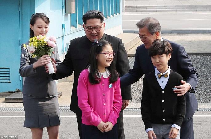 Video: Những khoảnh khắc khác thường ở biên giới liên Triều - Ảnh 10.