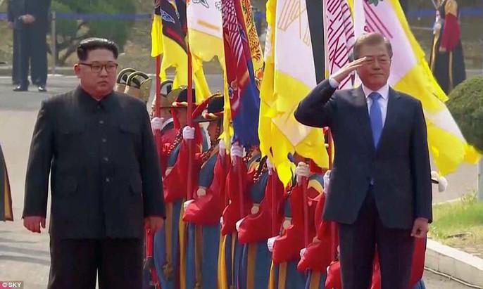 Video: Những khoảnh khắc khác thường ở biên giới liên Triều - Ảnh 17.