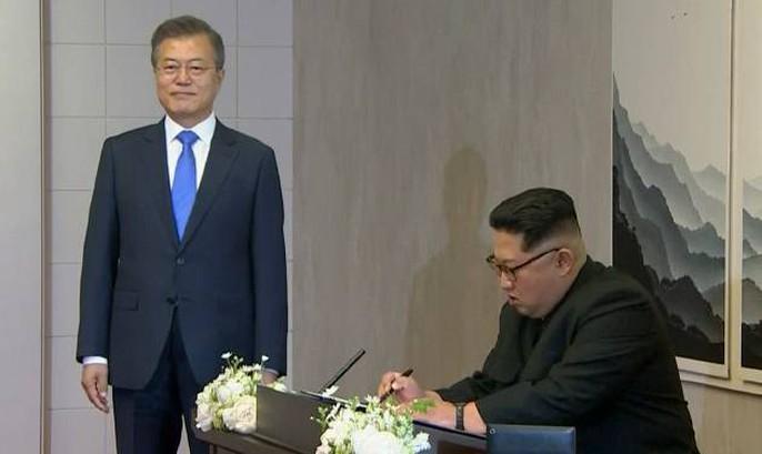 Video: Những khoảnh khắc khác thường ở biên giới liên Triều - Ảnh 23.
