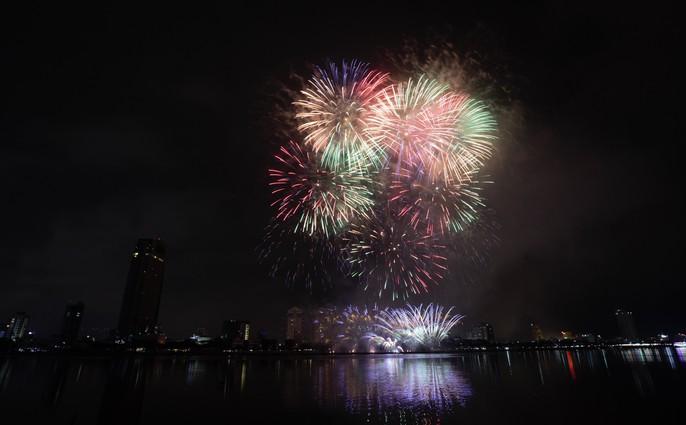 Pháo hoa rực sáng trên sông Hàn - Ảnh 20.