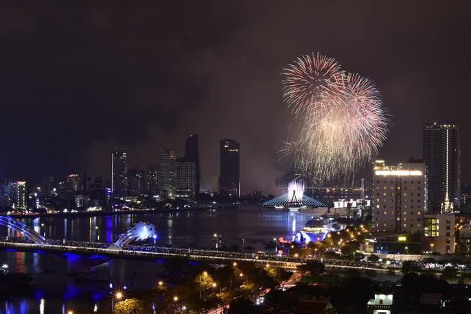 Pháo hoa rực sáng trên sông Hàn - Ảnh 1.