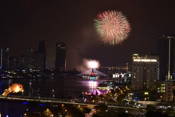 Pháo hoa rực sáng trên sông Hàn - Ảnh 3.
