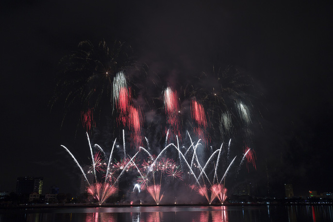 Pháo hoa rực sáng trên sông Hàn - Ảnh 7.