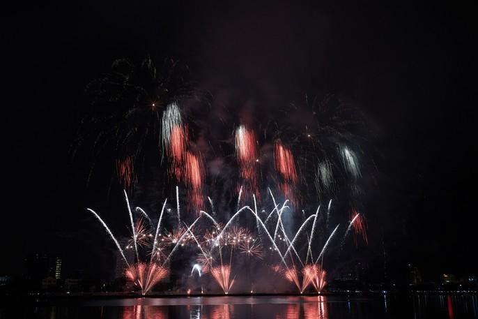 Pháo hoa rực sáng trên sông Hàn - Ảnh 8.