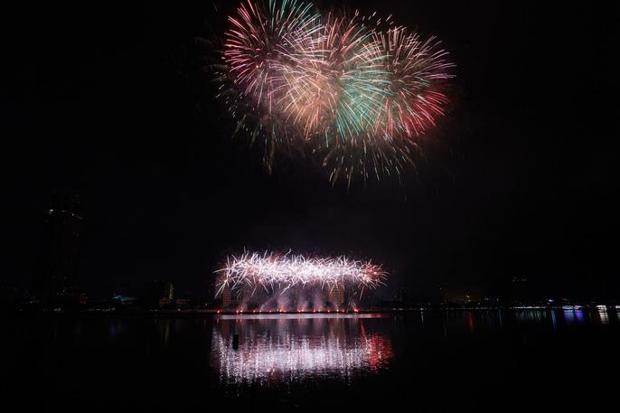 Pháo hoa rực sáng trên sông Hàn - Ảnh 14.