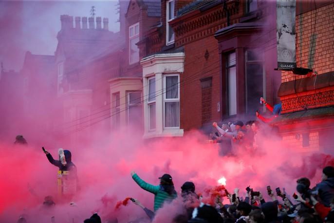 Fan Liverpool ăn mừng trận thắng Man City như thể vô địch - Ảnh 8.